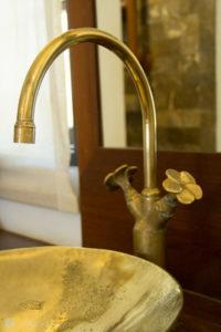 goldenes Waschbecken mit schönen Details
