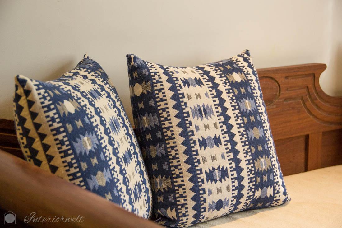Couch mit blau-weiss gemusterten Kissen