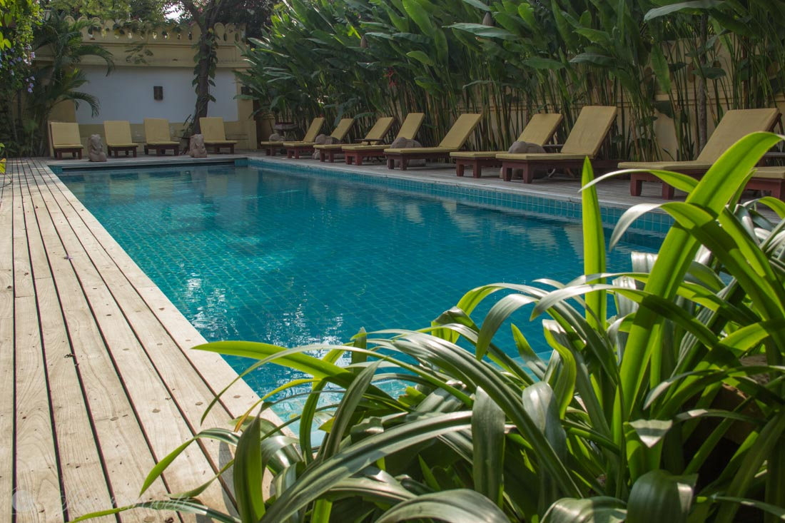 Pool mit Liegen im Areindmar Hotel