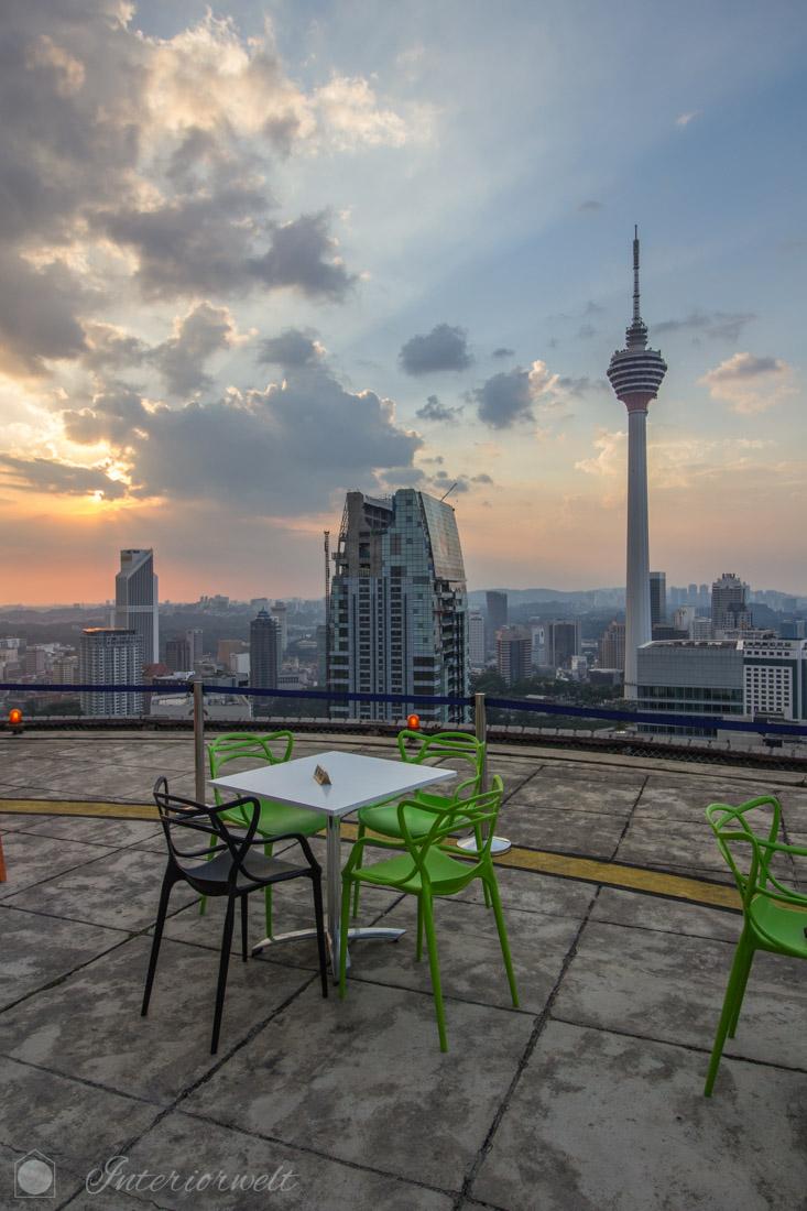 Ausblick auf KL Tower von der Dachterrasse der Heli Lounge Bar