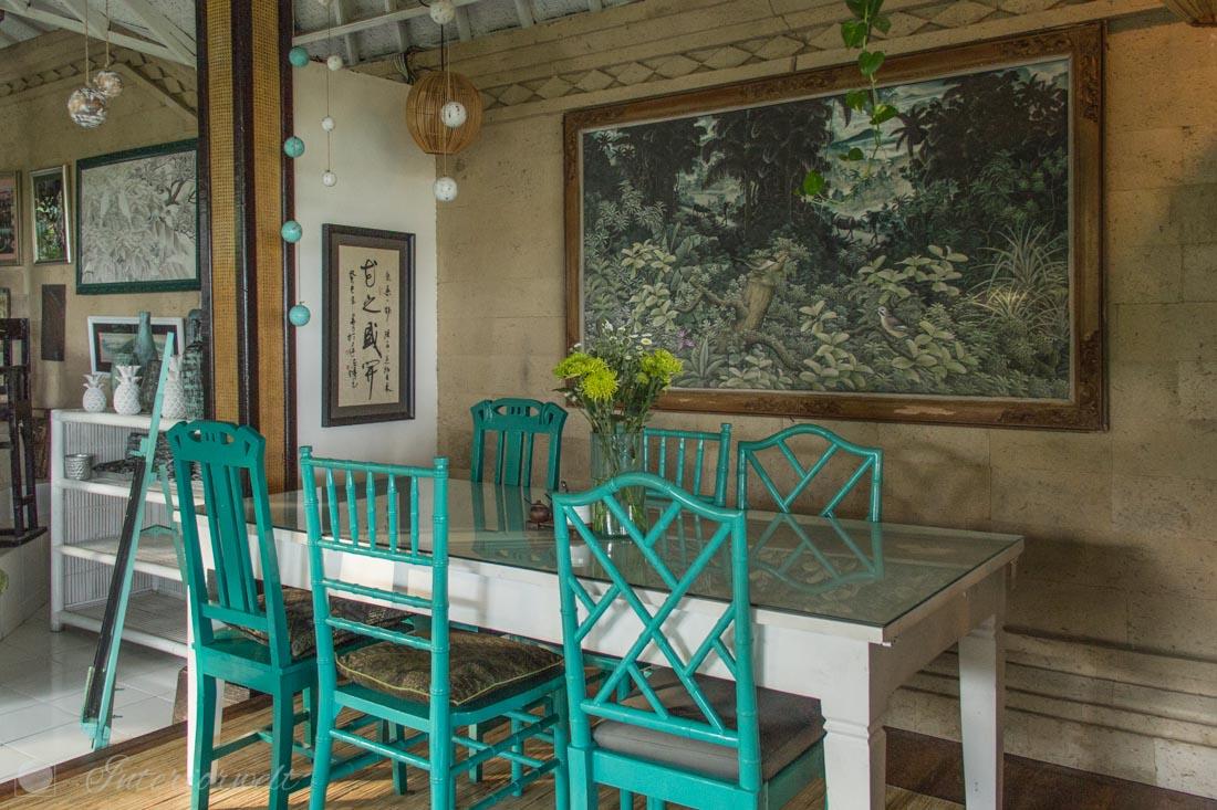 Tisch mit türkisen Stühlen