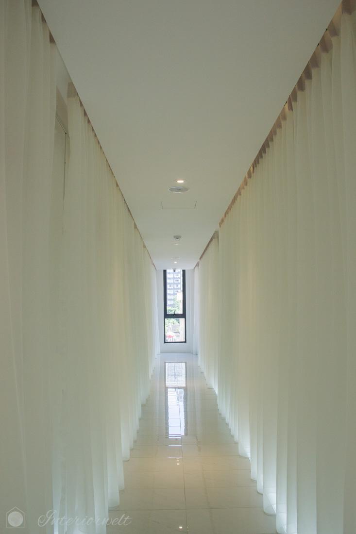 Eleganter Flur mit weißen Vorhängen im Melange Boutique Hotel