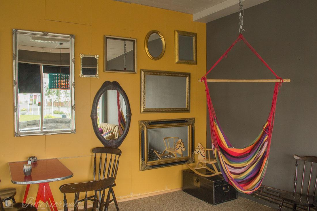 Wand mit Spiegeln im Café Skokkin in Akranes