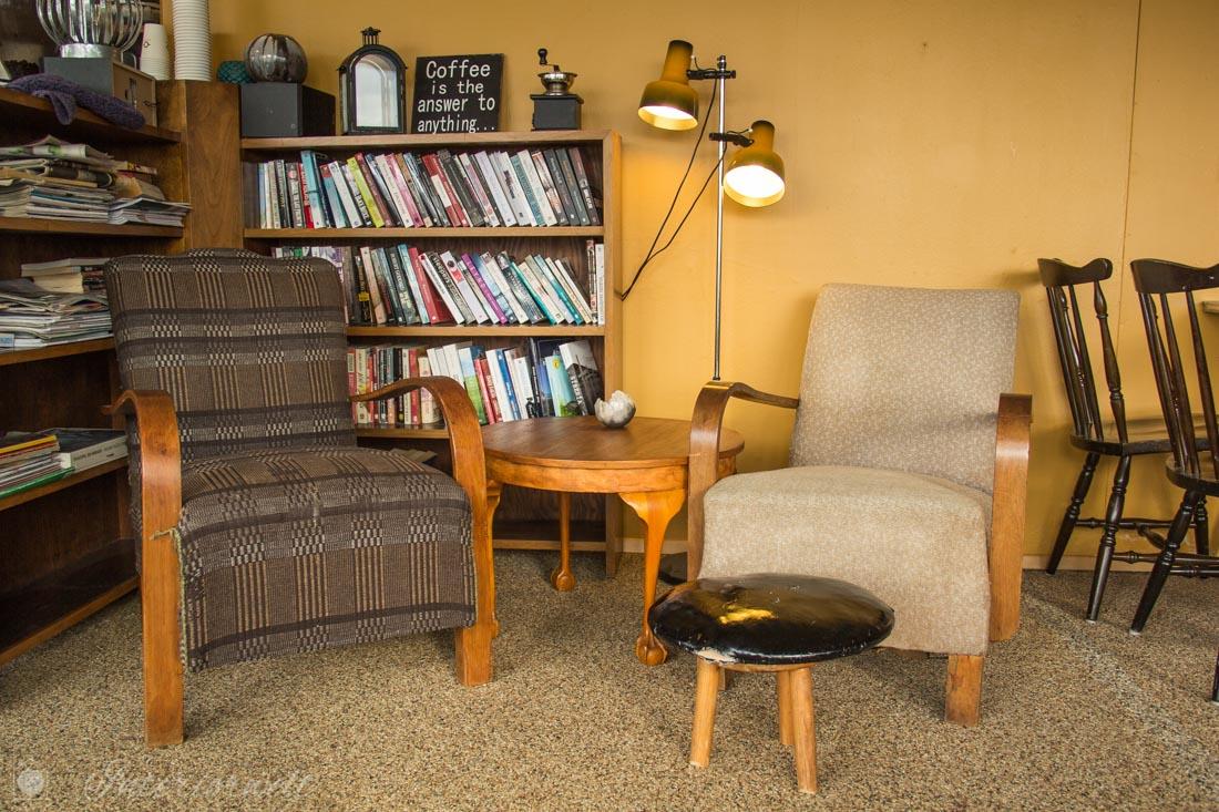 Gemütliche Vintage Sitzecke mit Sesseln und Bücherregal