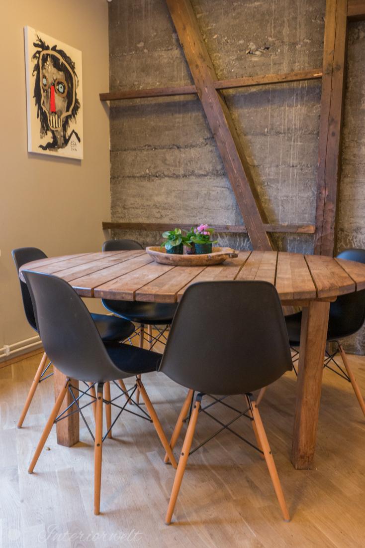 Holztisch mit Side Chairs