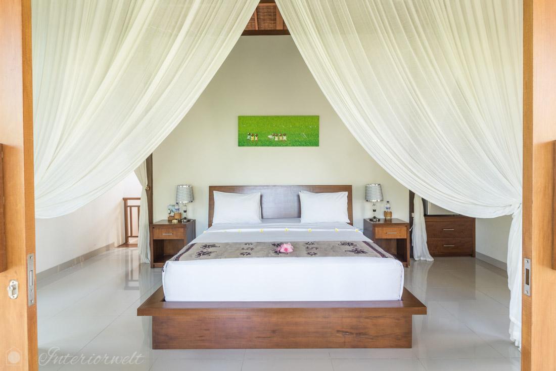 Bett im balinesischen Stil