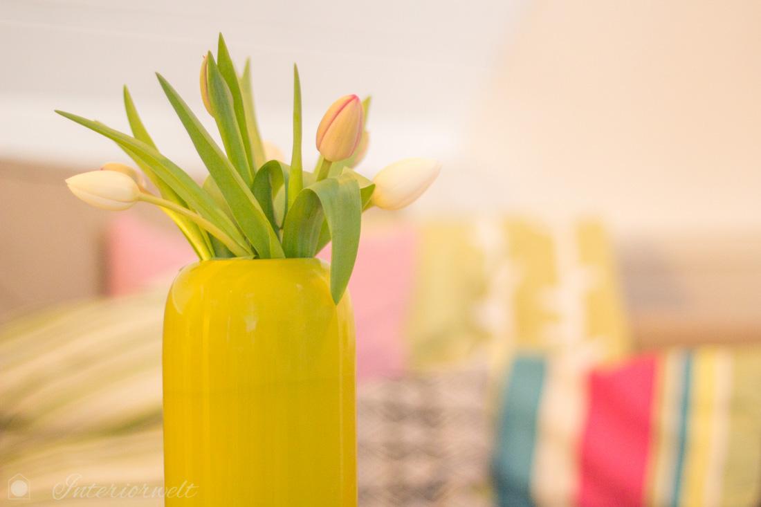 Gelb grüne Vase mit Tulpen