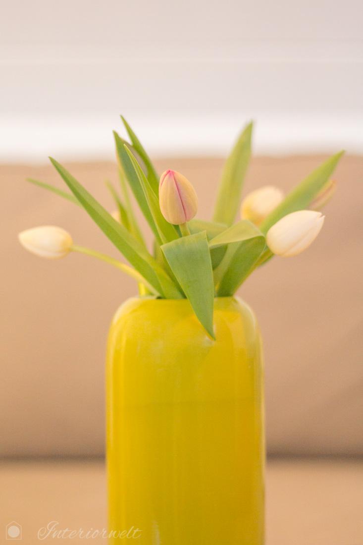 Grüne Blumenvase mit Tulpen