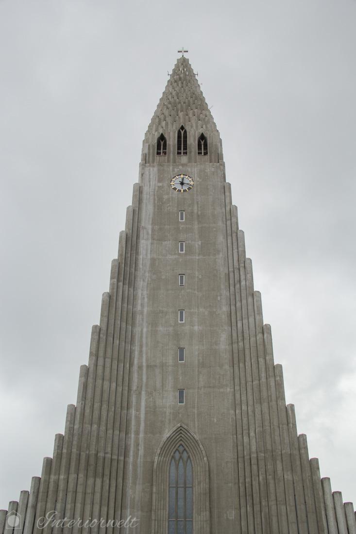 Kirche in Reykjavik mit basaltsäulenartiger Fassade