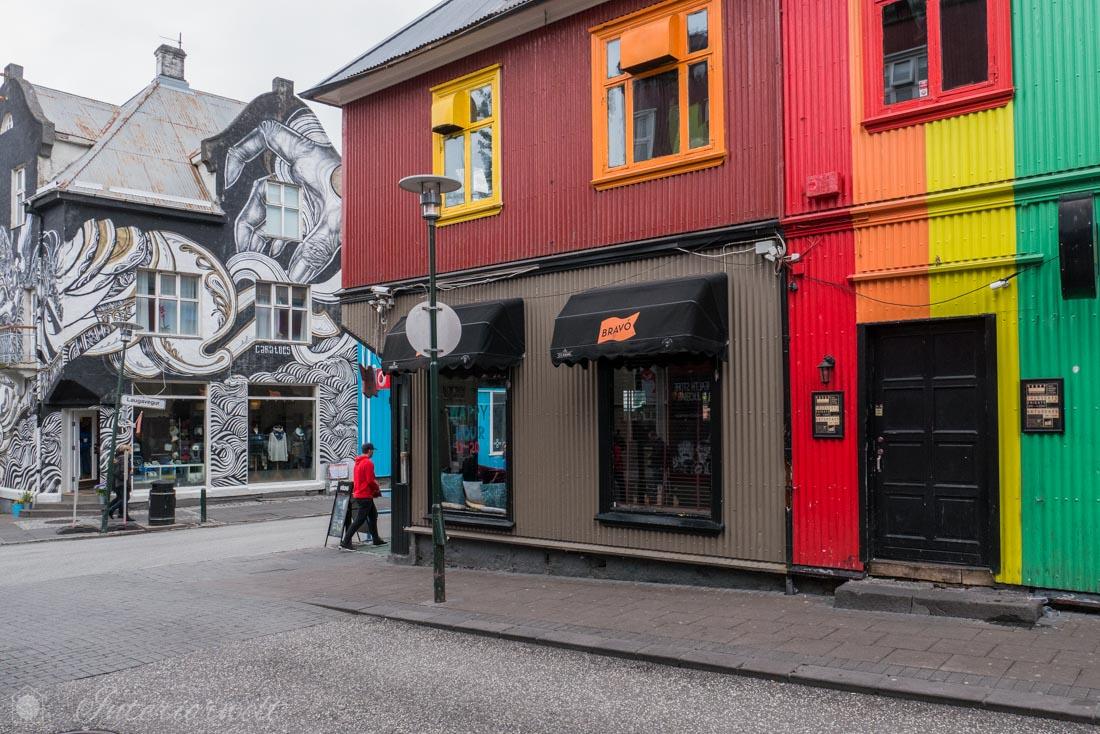Straße mit bunten Häusern in Reykjavik